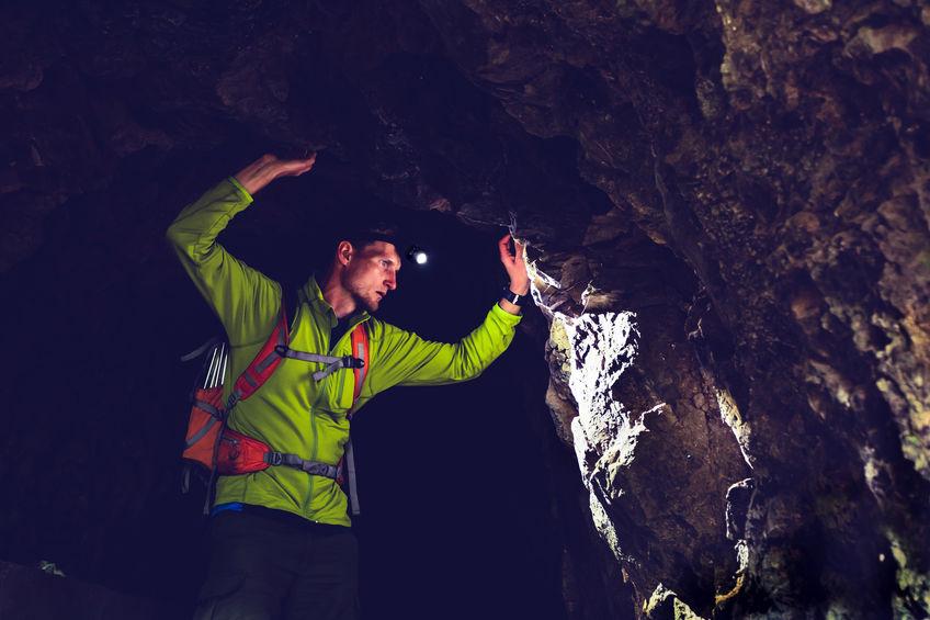 caverna de exploração de menino