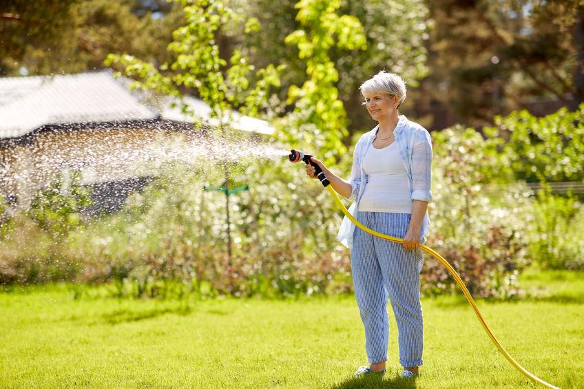 mulher regando o jardim