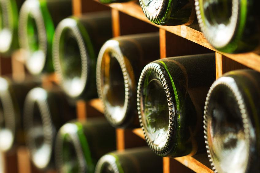 prateleira com garrafas de vinho