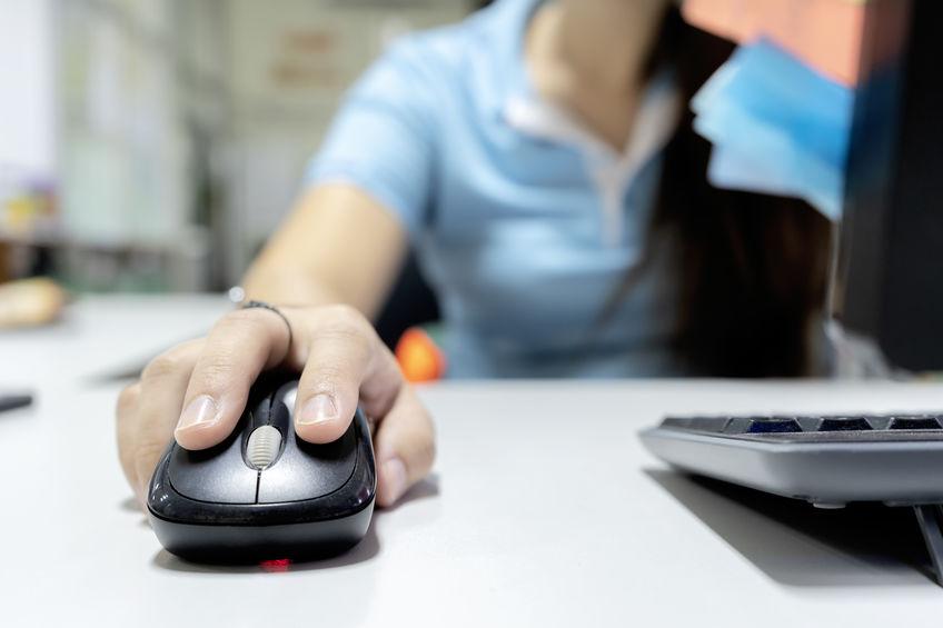 menina usando um mouse convencional