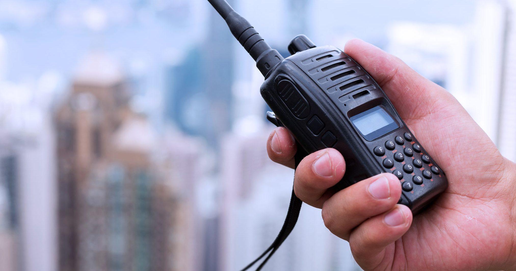 segurando um walkie-talkie nas mãos