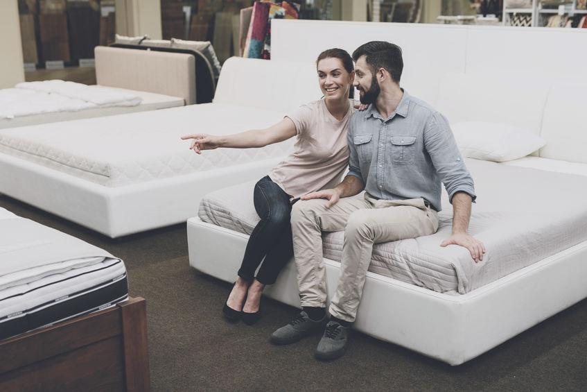 casal comprando cama
