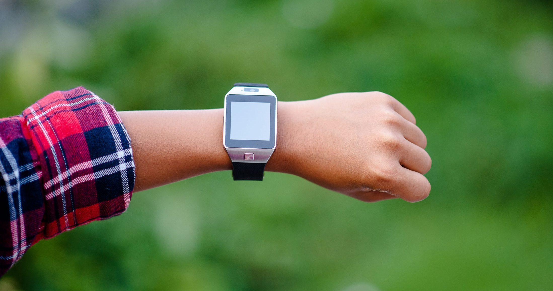 rapaz vestindo um smartwatch