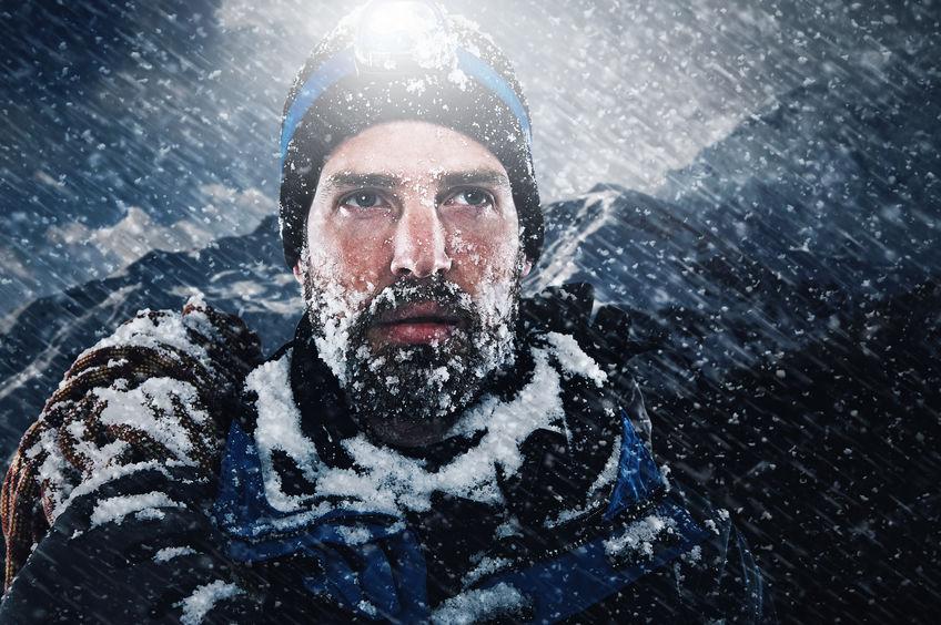 alpinista com lâmpada de escalada