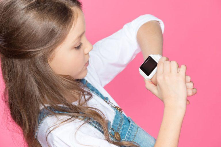 menina assistindo seu smartwatch