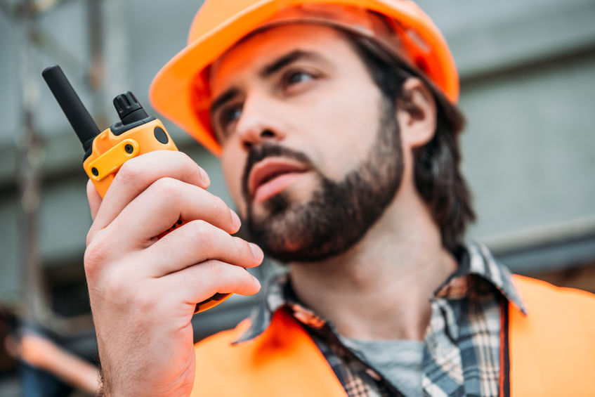 construtor dando instruções por walkie talkie