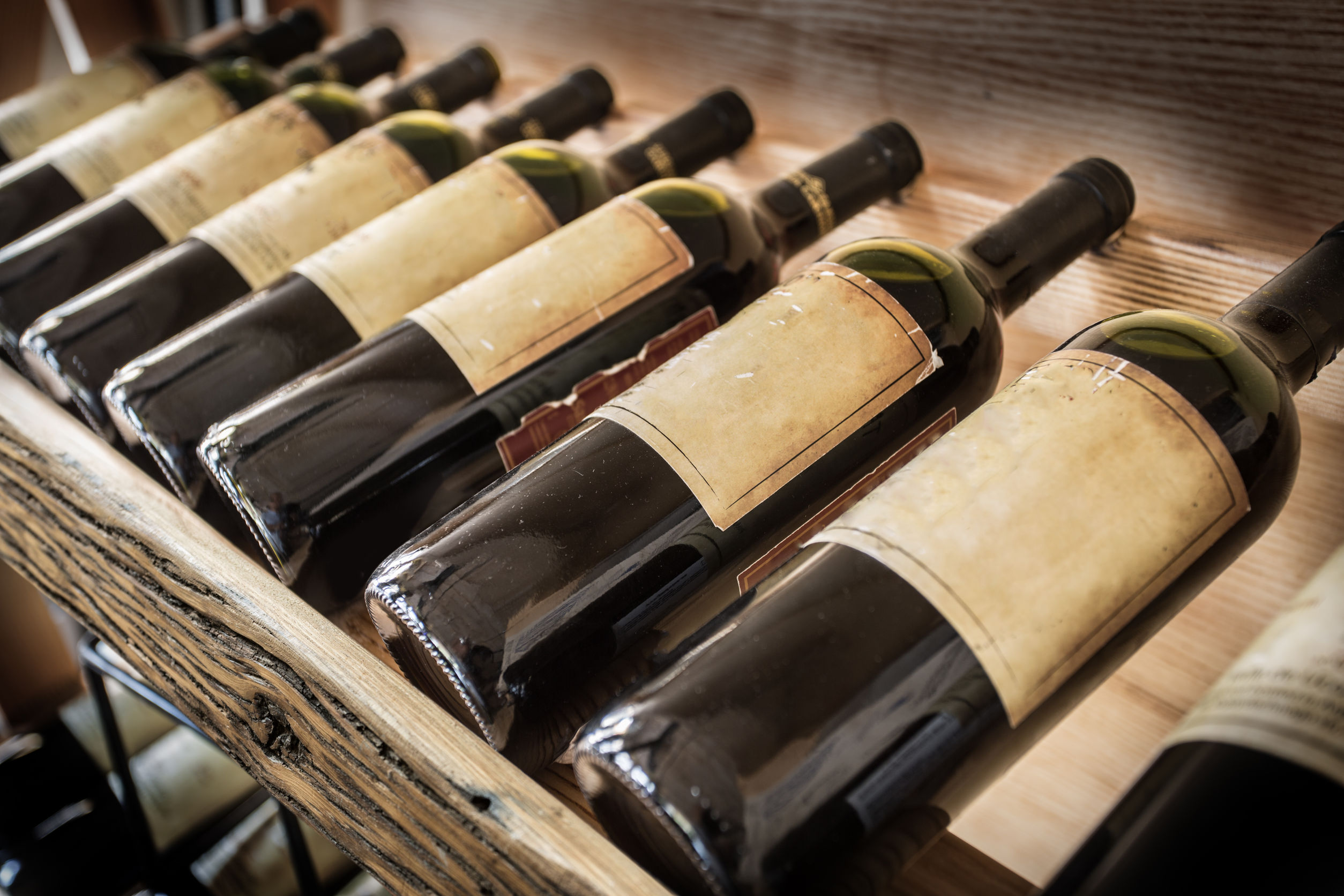 estantes llenos de vino