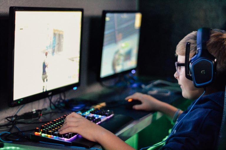chico jugando en computadora gamer