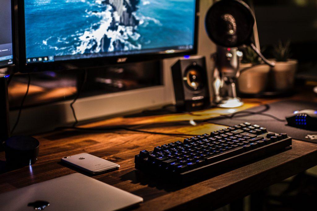 mesa gamer con teclado gamer