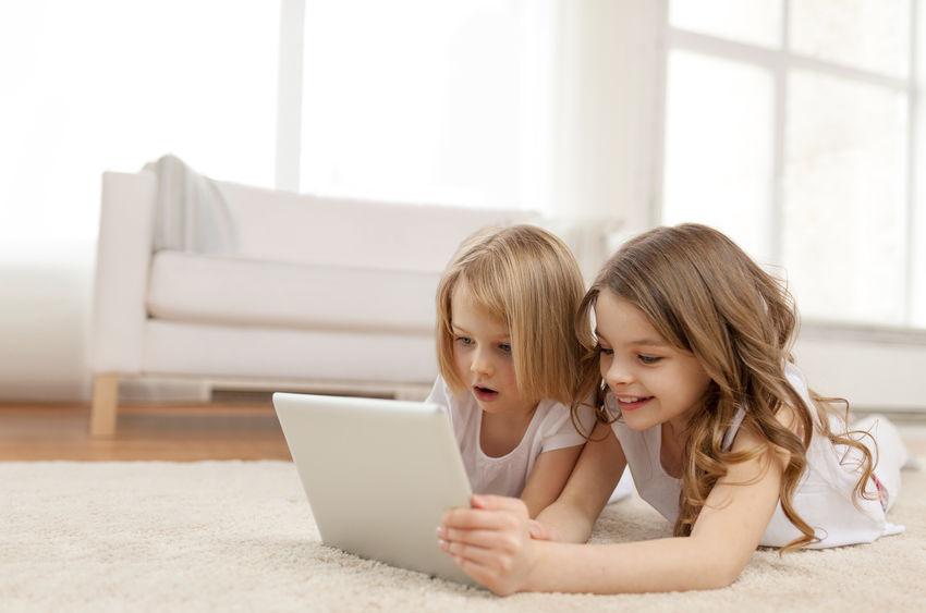 duas meninas com tablet pc em casa