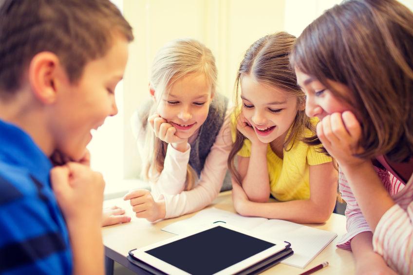 grupo de crianças da escola com o tablet pc em sala de aula