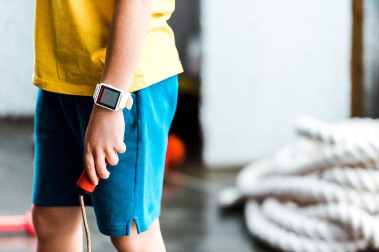 menino atleta com um smartwatch