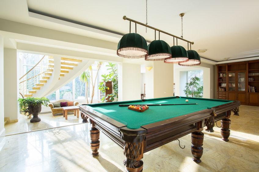 mesa de bilhar em casa moderna