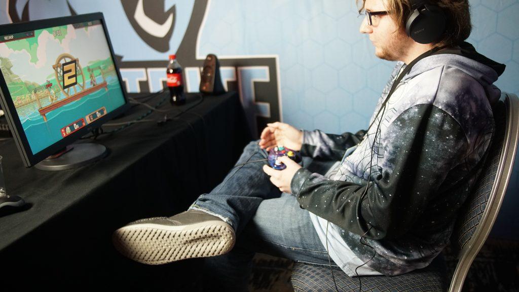 jugando en computadora