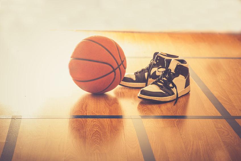 Quadra de basquete com bola e tênis