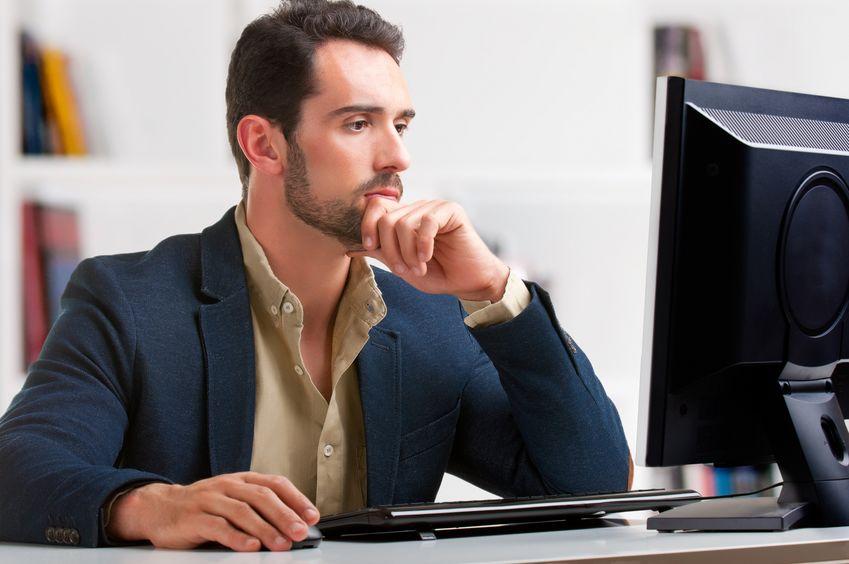 Imagem de homem em frente a computador.