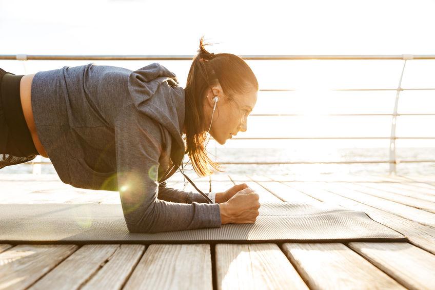 Atleta concentrada fazendo exercícios de prancha
