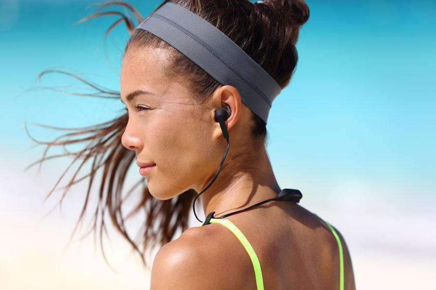 garota fitness com fones de ouvido sem fio intra-auriculares de esporte.