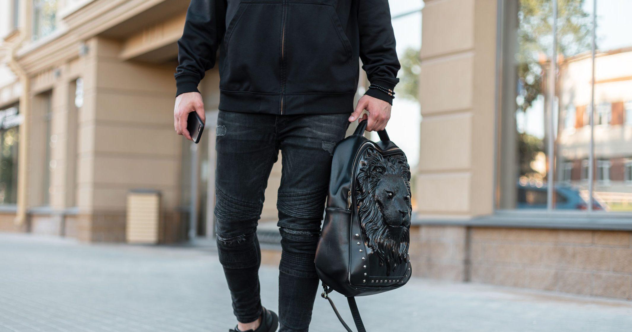 chico cargando bolso