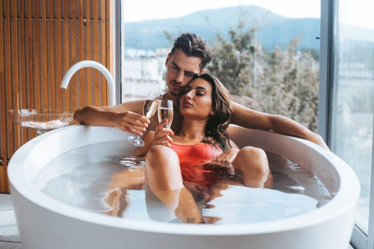 casal tomando uma banheira