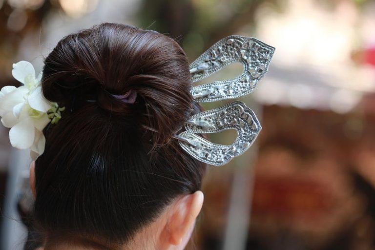 menina usando acessórios para o cabelo