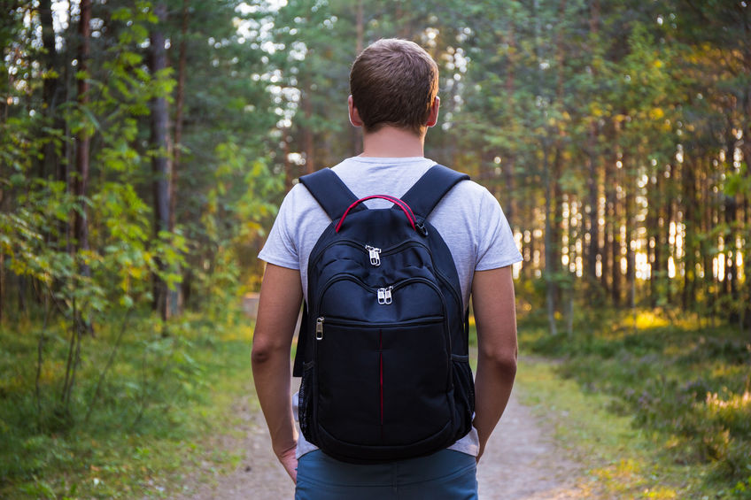 retrovisor de homem caminhando na floresta