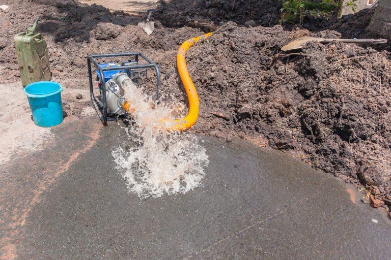 bombear água para fora do vazamento