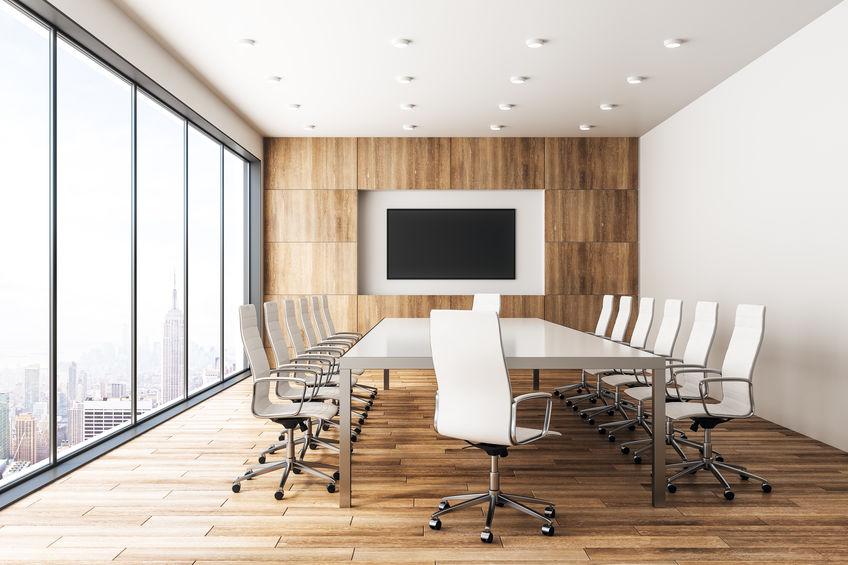 Sala de reuniões moderna de madeira com banner