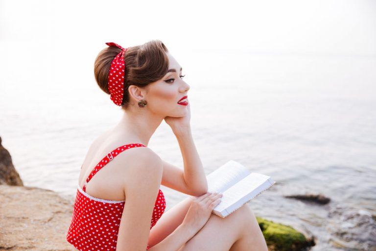 garota usando acessório vermelho no cabelo