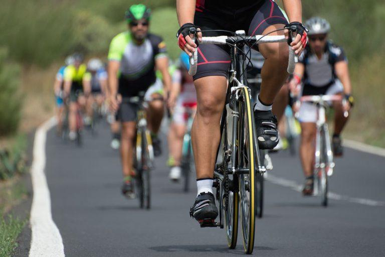 ciclistas em competição na rua