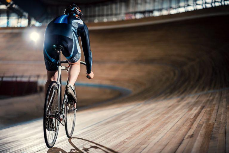 ciclista praticando na pista