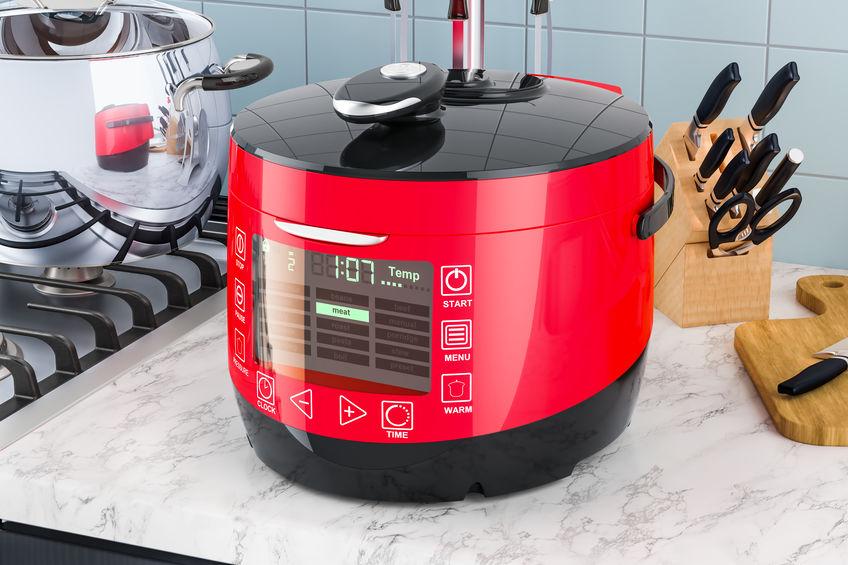 Multicooker automático na mesa da cozinha. Renderização 3D