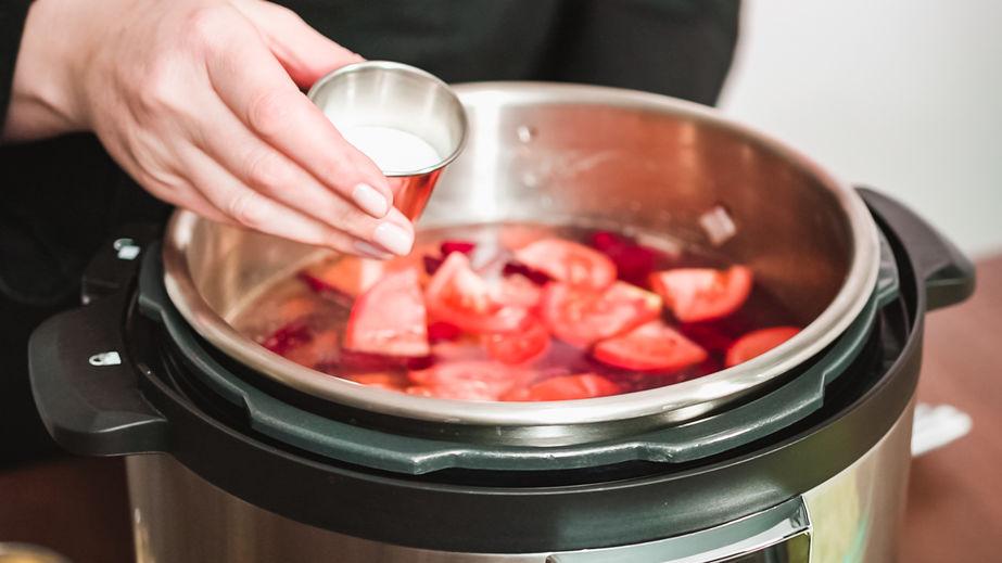 Passo a passo. Cozinhar sopa de beterraba, borscht com vegetais orgânicos em multicooker.