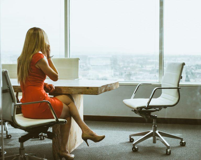 garota no escritório esperando pela reunião
