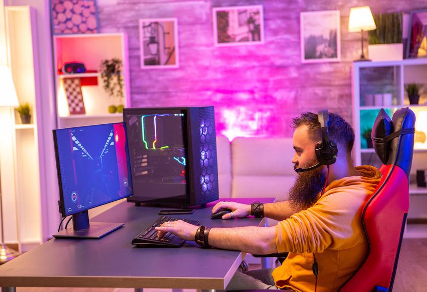 Homem moderno jogando videogame profissional no quarto