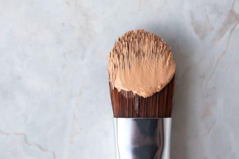 pincel de maquiagem com base