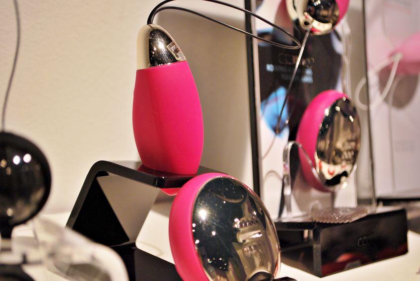 coleção de diferentes tipos de sextoys, incluindo dildo, vibradores e plugues anal