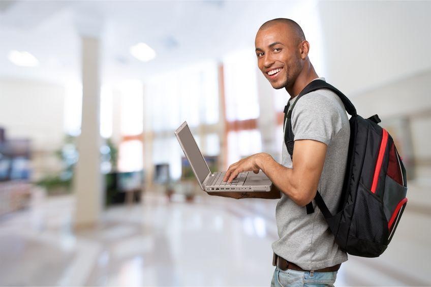 Aluno feliz com laptop