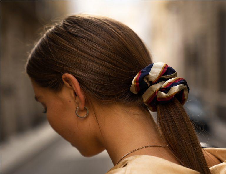 garota usando rabo de cavalo no cabelo