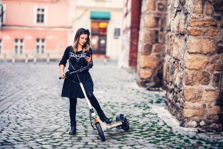 chica montando una patineta