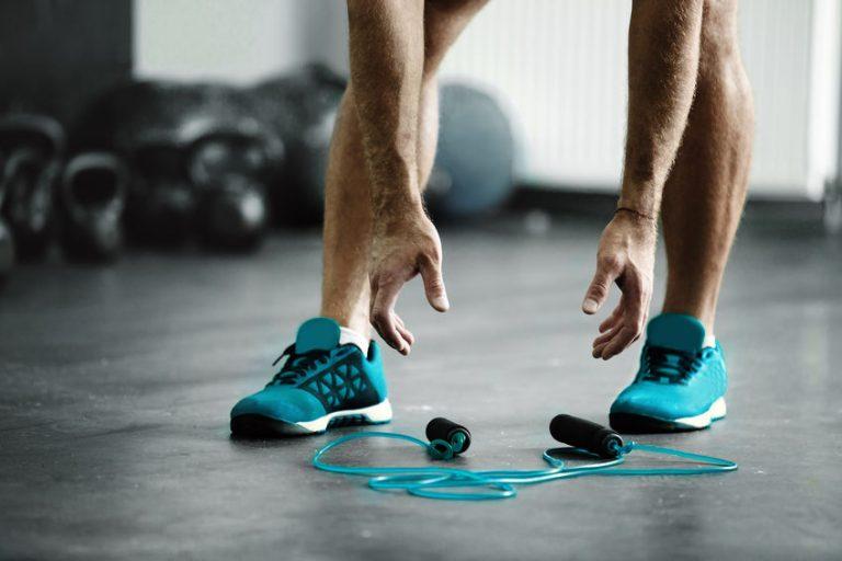 homem treinando com cordas de pular