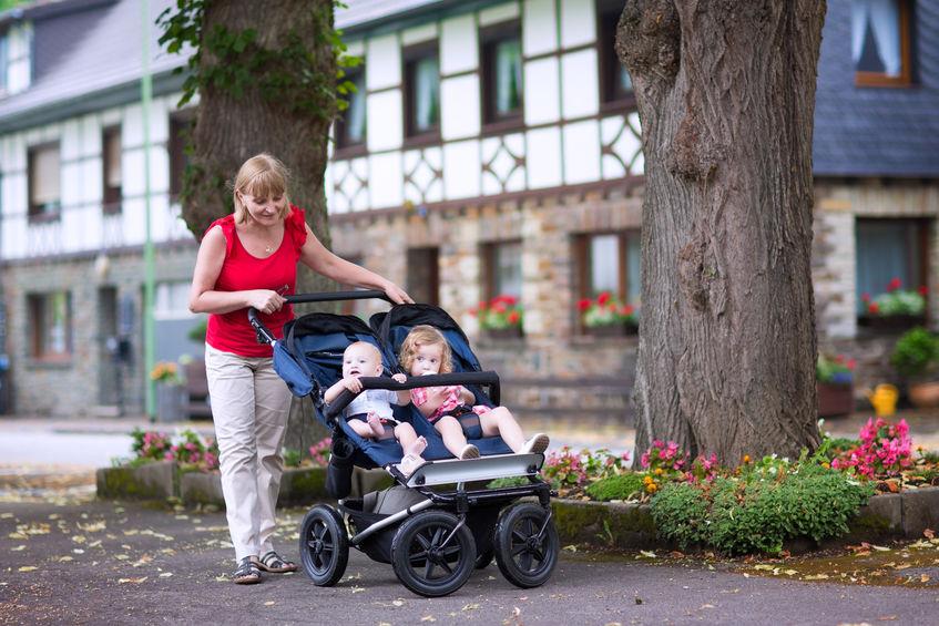 mãe carrinho com dois filhos