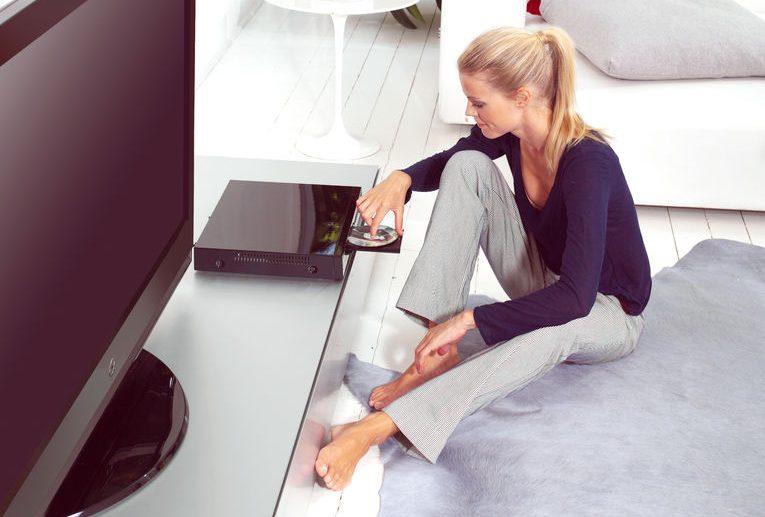 garota colocando dvd