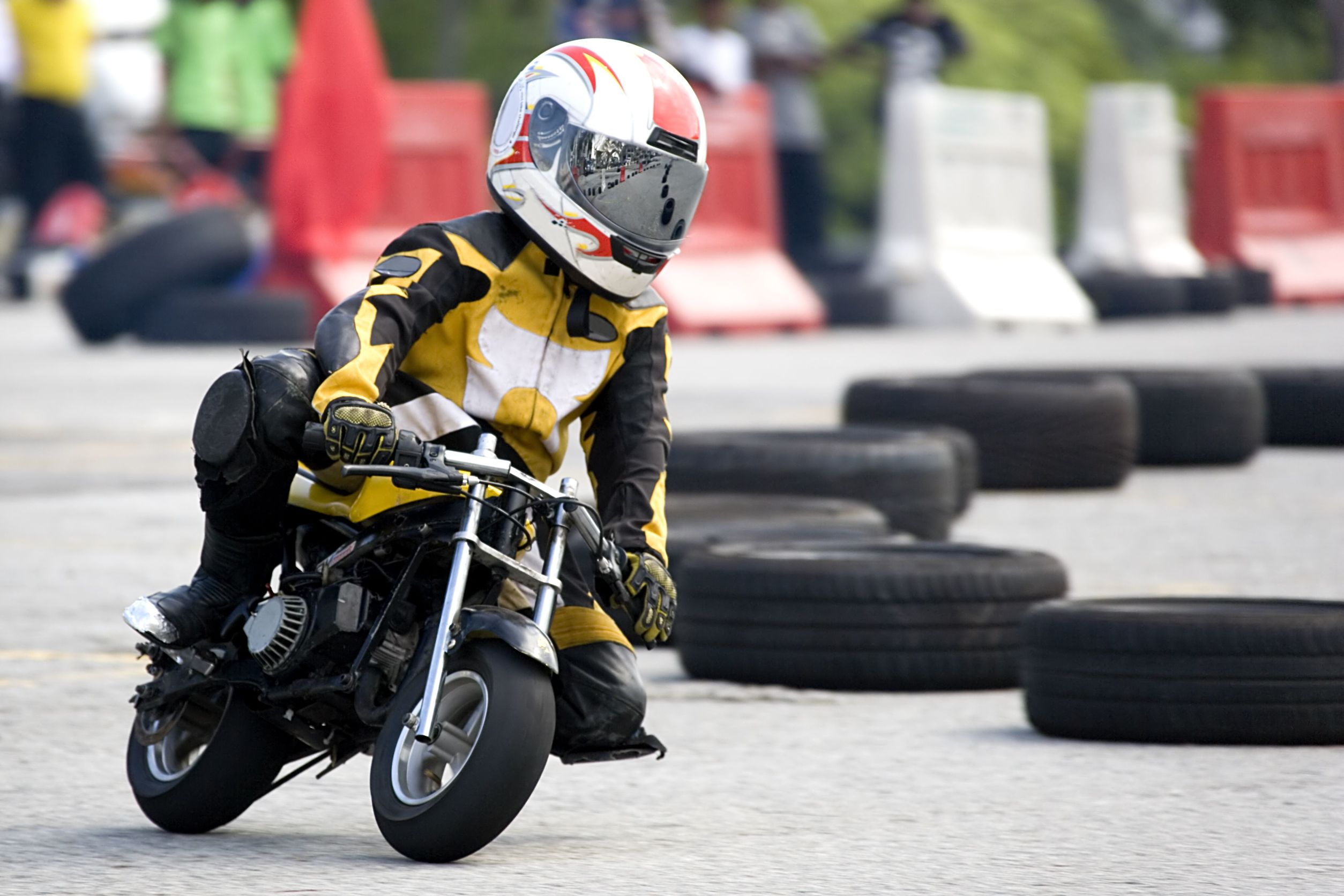 menino andando de moto