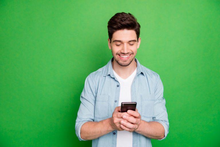 homem rindo no celular