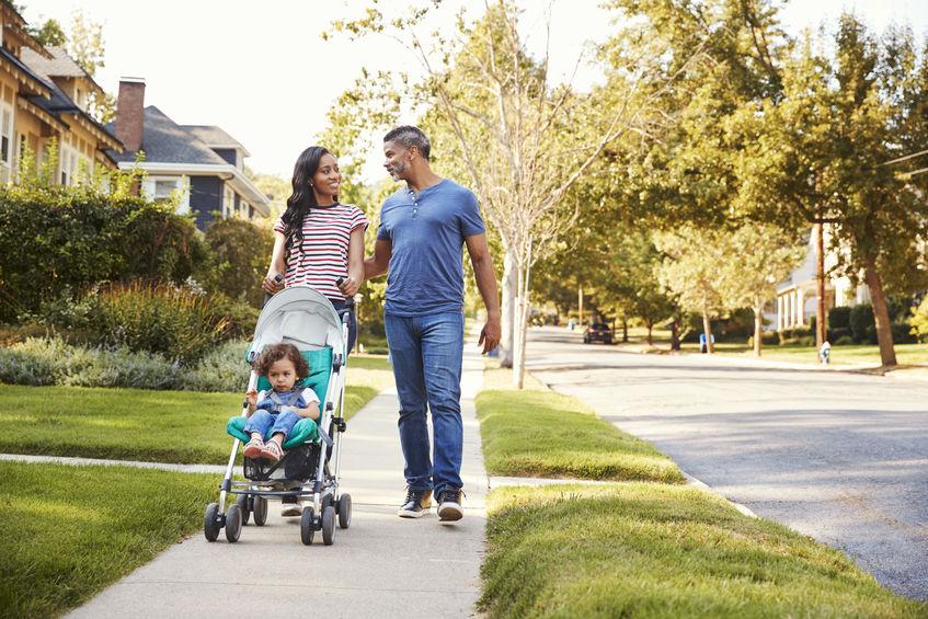 familia andando na rua