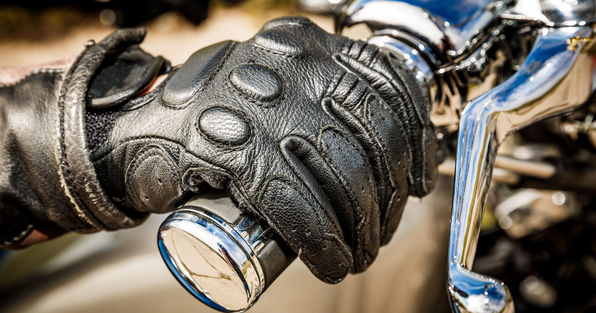 luvas pretas de motocicleta
