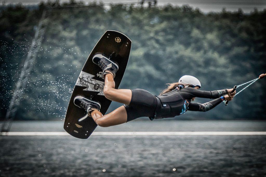 praticando skate aquático
