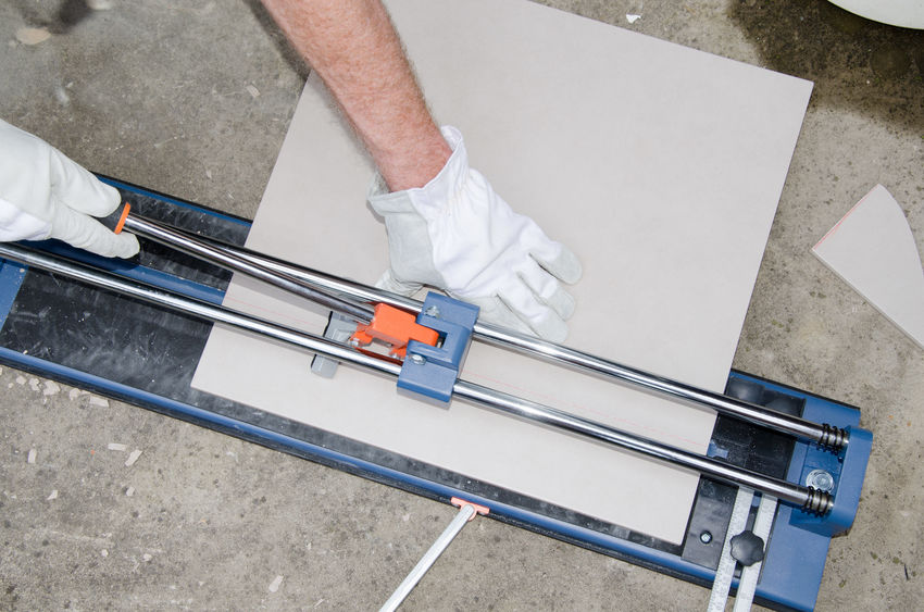homem cortando telhas