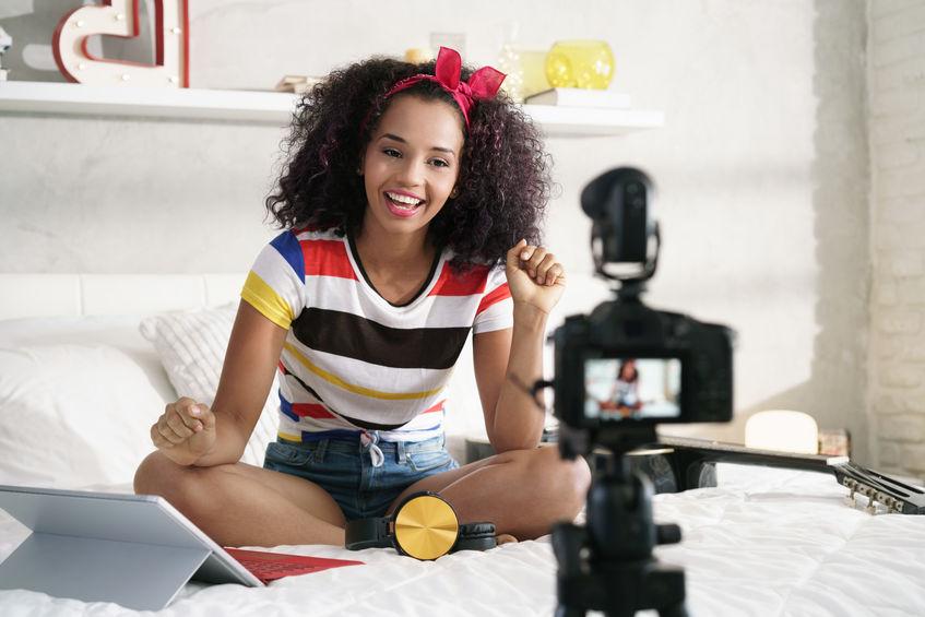 menina gravando vídeo blog